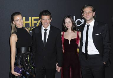 Antonio Banderas posa junto a su familia en los Hollywood Film Awards
