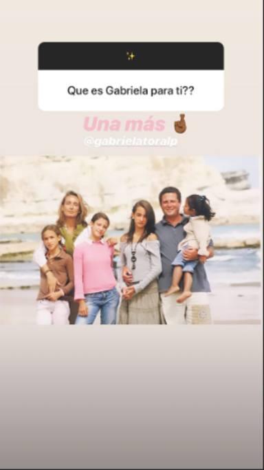 Gabriela Toral junto a la familia Pombo