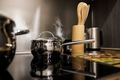 5 tècniques que et permeten eliminar de forma ràpida i eficaç les cremades en l'olla de la cuina