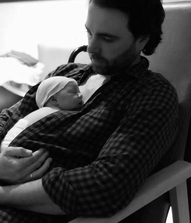 Javier Ungría hace piel con piel con su hija Camila después de que Elena Tablada diera a luz