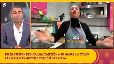 Belén Esteban canta en directo en 'Sálvame' y a su hija Andrea le da la risa mientras graba
