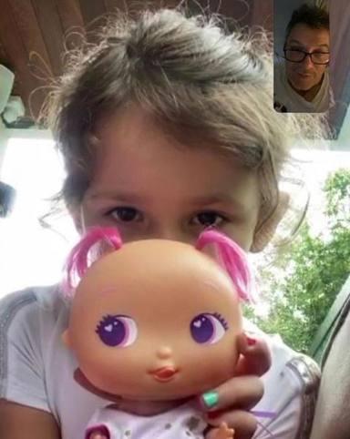 Alma le enseña orgullosa su muñeca a su padre Alejandro Sanz por videollamada