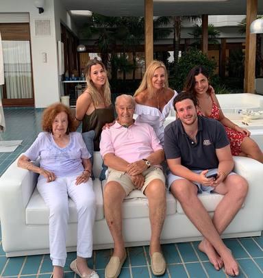 Álex Lequio junto a sus abuelos y su madre