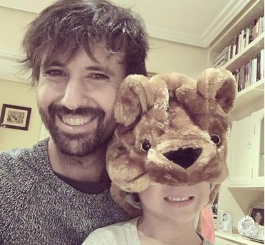 David Otero, con su pequeño jugando en casa