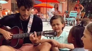 """Sebastián Yatra se rodea de 'acusticos' y de niños: """"Ellos son nuestra esperanza"""""""