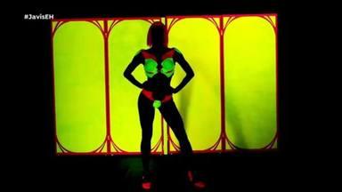 Pilar Rubio durante su criticada 'performance' con luces negras