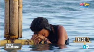 Olga Moreno saliendo del agua tras su prueba de apnea que le costó un susto médico