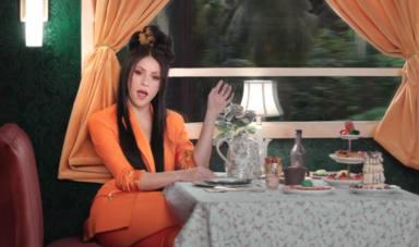 Shakira con un traje naranja en el videoclip de Me gusta