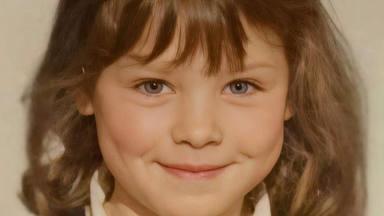 Soraya Arnelas muestra una fotografía de su infancia