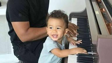 Miles, el hijo de John Legend que ya toca el piano junto a su padre con tan solo un año
