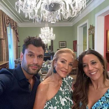 Jorge Pérez junto a su mujer Alicia y Carmen Lomana