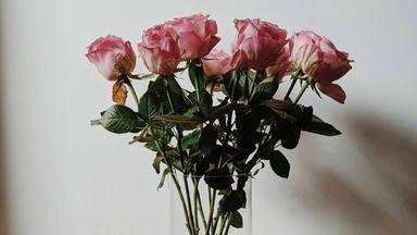 El sorprendente truco para hacer un centro de mesa de flores casero