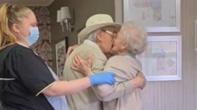 Así ha sido el conmovedor rencuentro de una pareja de abuelos tras meses separados por el coronavirus