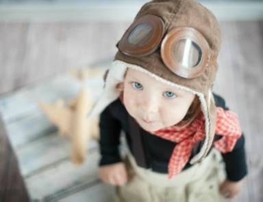 Los padres de un bebé reparten chuches en un vuelo para que no se quejen de su llanto