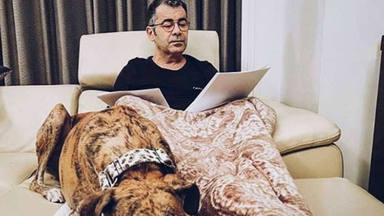 Jorge Javier Vázquez escribiendo en casa
