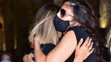 El abrazo desgarrador de Paz Padilla a su hija Anna Ferrer en el entierro de su marido