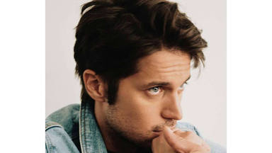Quién es Lucas Bravo, el actor del momento de la serie 'Emily en París'