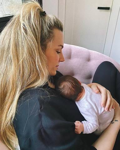 Tierna imagen de Edurne con su hija Yanay en brazos