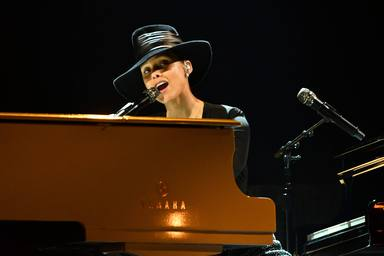 Alicia Keys al piano durante los Premios Grammy 2019