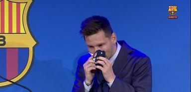Leo Messi se seca las lágrimas antes de comenzar su discurso de despedida del Barcelona