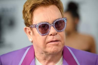 Elton John, obligado a posponer parte de su gira por una caída que le ha causado graves dolores