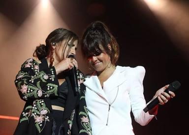 Vanesa Martín en uno de sus conciertos junto a María Peláe