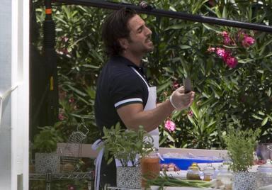 David Bustamante cantando durante una de las pruebas en MasterChef Celebrity